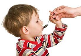 ребенок принимает сироп от кашля