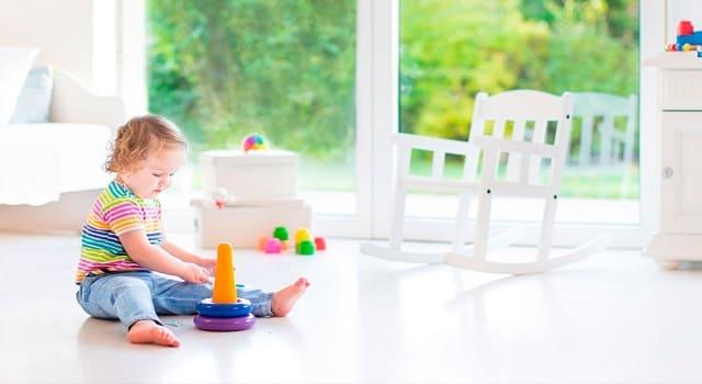 Ребенок играет в комнате